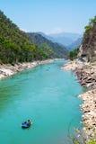 Gang rzeczna dolina i flisactwo łódź blisko Rishikesh Obraz Royalty Free