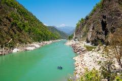 Gang rzeczna dolina i flisactwo łódź blisko Rishikesh Obraz Stock