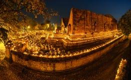 Gang van de boeddhisme de lichte golvende rite met aangestoken kaarsen in hand aro stock fotografie