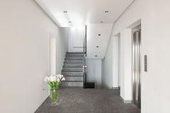 Gang van een modern flatgebouw stock fotografie