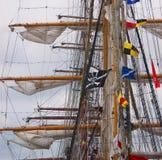 Gang von ein paar Segelbooten mit einer Piratenmarkierungsfahne Stockfotografie