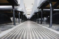 Gang zwischen Sitzen im Bus Lizenzfreie Stockfotografie
