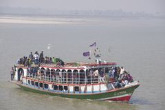 Пассажиры перехода парома через реку Ganga, Бангладеш Стоковая Фотография RF