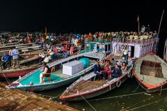 Ganga Aarti ceremoni på Dasashvamedh Ghat Fotografering för Bildbyråer