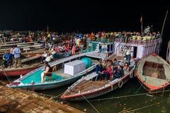 Ganga Aarti ceremoni på Dasashvamedh Ghat, Varanasi, Indien Royaltyfri Fotografi