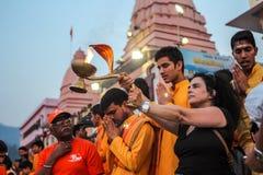 Ganga Aarti ceremonia w Parmarth Niketan ashram przy zmierzchem Rishikesh jest Światowym kapitałem joga, mnogich joga centres któ Obraz Stock