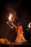 Ganga Aarti ritual i Varanasi Royaltyfri Foto