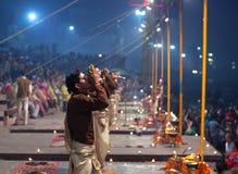 Ganga Maha Aarti Ceremony en Dasashvamedh Ghat en Varanasi Imagenes de archivo