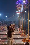 Ganga Maha Aarti Ceremony en Dasashvamedh Ghat en Varanasi, la India Imagenes de archivo