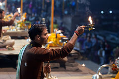 Ganga Maha Aarti Ceremony en Varanasi, la India Fotos de archivo