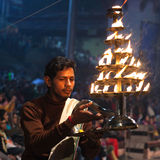 Ganga Maha Aarti Ceremony en Varanasi, la India Imagen de archivo