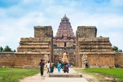 参观Gangaikonda乔拉普拉姆寺庙的印地安人民 印度,泰米尔纳德邦,坦贾武尔 库存图片