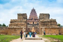 Индийские люди посещая висок Gangaikonda Cholapuram Индия, Tamil Nadu, Thanjavur Стоковое Изображение