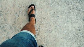 Gangart in den Sandalen Der Mann, der in die Strandart geht stock video footage