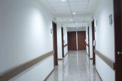 Gangbinnenland binnen het modern ziekenhuis Stock Foto's