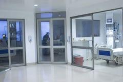 Gangbinnenland binnen het modern ziekenhuis Stock Foto