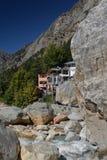 Gangotri, Uttarakhand, Ινδία Ο ποταμός Γάγκης και χωριό στοκ εικόνες