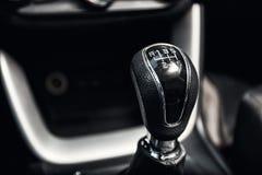 Gangschaltung im neuen modernen Autoinnenraum Lizenzfreie Stockfotografie