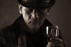 Gangster anziano e un bicchiere di vino immagini stock