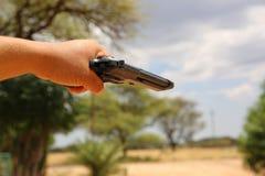 Gangster, der Gewehr hält Lizenzfreie Stockfotografie