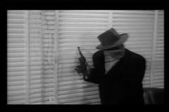 Gangster, die durch Jalousien während des Raubes schauen stock video footage