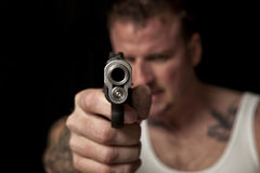 Gangster dirigeant un canon photos stock