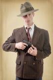 Gangster i en dräkttappning, med handeldvapnet royaltyfria foton