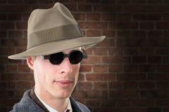 Gangster lub agent fbi z czarnymi szkłami i kapeluszem Obraz Royalty Free