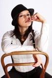 Gangster-Mädchen, das auf Stuhl sitzt Lizenzfreie Stockfotografie