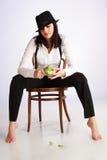 Gangster-Mädchen, das auf Stuhl sitzt Lizenzfreies Stockfoto