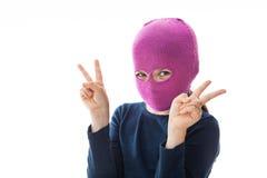 Gangster-Mädchen, das Siegeszeichen gibt Stockfoto