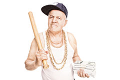Gangster maturo che tiene un pipistrello ed i soldi Fotografia Stock