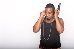 Gangster mit Telefon und Gewehr lizenzfreies stockfoto