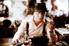Gangster som sitter och röker en cigarr till och med rök Arkivfoton