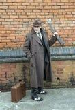 Gangster trzyma karabinowego pistolet, pozuje outdoors fotografia royalty free
