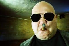 Gangster in una stanza scura Immagine Stock