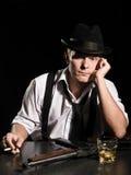 Gangster. whisky. pistola. abbia un resto piacevole! Fotografia Stock