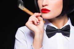 Gangsterkvinna med cigarren Royaltyfria Bilder