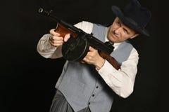 Gangstermann in der Klage mit Gewehr Lizenzfreies Stockfoto