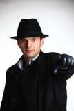 Gangstermann im Hut zeigend mit der Hand Stockfotos