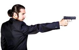 Gangstermann im schwarzen Anzug, der Gewehr zielt Lizenzfreie Stockfotos