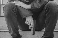 Gangstermensen die een kanonzitting op treden houden royalty-vrije stock afbeeldingen