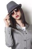 Gangsterska kobieta jest ubranym patrzeć i kapelusz Fotografia Stock