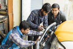 Gangtok, Indien, am 8. März 2017: Reparatur der Scheinwerfer auf einem Auto Stockfotos