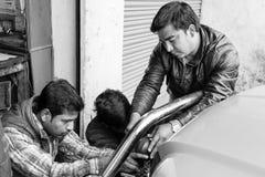 Gangtok, Indien, am 8. März 2017: Reparatur der Scheinwerfer auf einem Auto Lizenzfreie Stockbilder