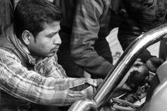 Gangtok, Indien, am 8. März 2017: Reparatur der Scheinwerfer auf einem Auto Lizenzfreie Stockfotos