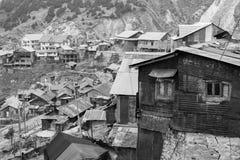 Gangtok, la India, el 8 de marzo de 2017: Edificios viejos en la manera de Gangtok foto de archivo