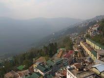 Gangtok, SIKKIM, la INDIA, el 17 de abril de 2011: Visión sobre el ce de la ciudad Foto de archivo libre de regalías