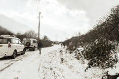 , Gangtok, Sikkim, 1st Jan 2019: Turystyczni samochodów postoje podczas śnieżnego spadku zero punktów przy wysokością i śliska dr zdjęcia royalty free