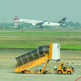 Gangway samolot przy Dębnym syna Nhat lotniskiem Zdjęcia Stock